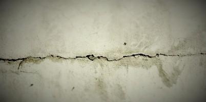 壁のヒビ欠陥
